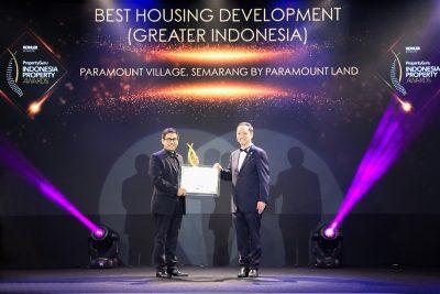 M. Nawawi, Associate Director Paramount Land menerima penghargaan dari PropertyGuru Award 2019 untuk proyek Paramount Village di Semarang, Jawa Tengah, Kamis, (19/9/2019) di Jakarta,