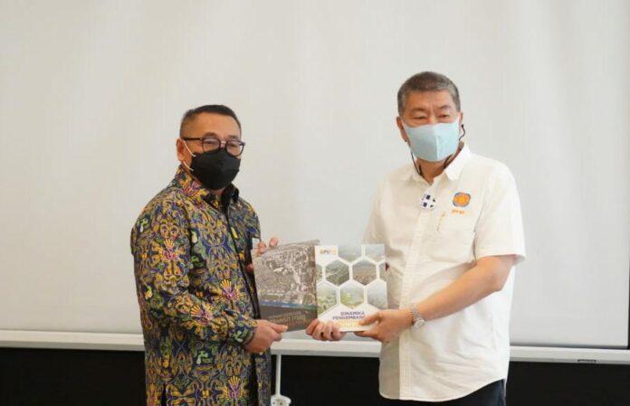 "Dirjen Perumahan Kementerian PUPR, Khalawi Abdul Hamid menyerahkan buku berjudul ""5 Tahun Sejuta Rumah"" kepada Ketua Umum REI, Paulus Totok Lusida"
