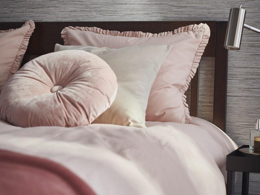 Sprei dan selimut berwarna netral atau bermotif gingham
