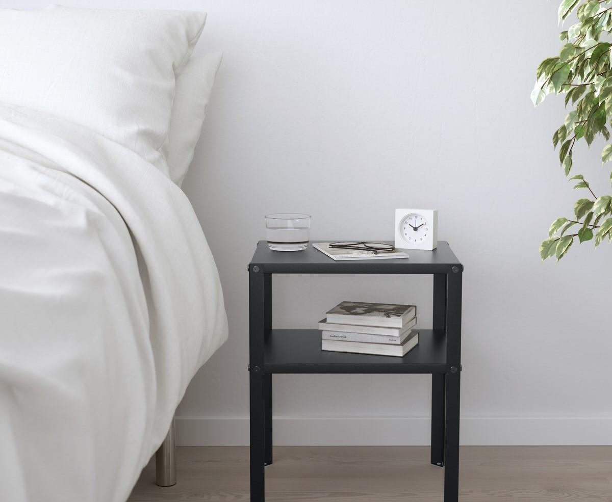 Meja berada di sebelah tempat tidur untuk tempat jam, lilin, dan lain-lain